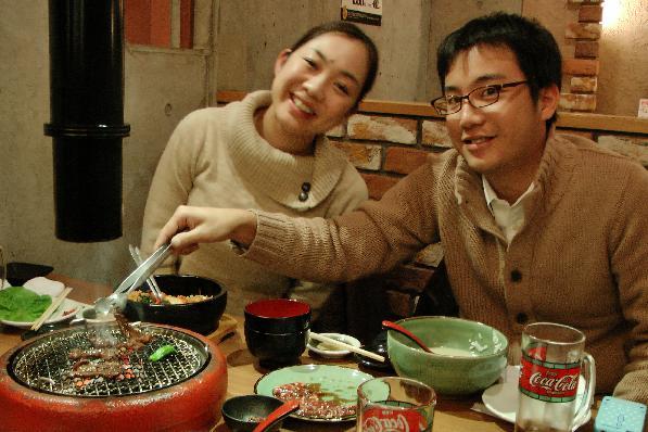 Seiko und ihr Freund im Yaki Niku grill restaurant